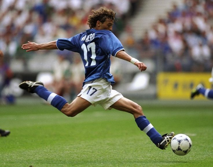Francesco Moriero con la maglia della Nazionale (Phil Cole /Allsport)