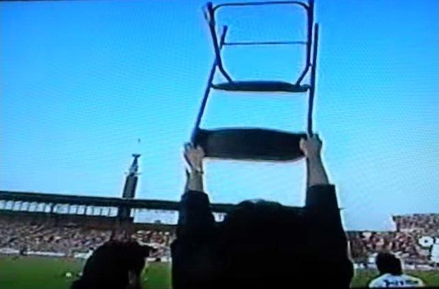 La sedia alzata da Mondonico in segno di protesta