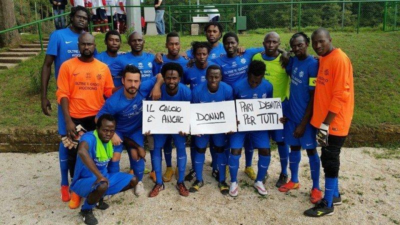 I ragazzi della Liberi Nantes a supporto del calcio femminile
