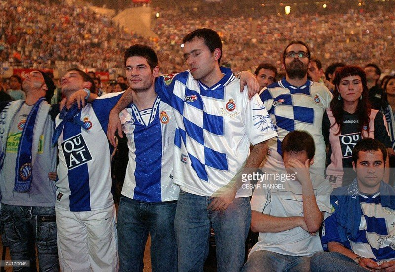 La delusione sul volto dei tifosi dell'Espanyol al fischio finale.
