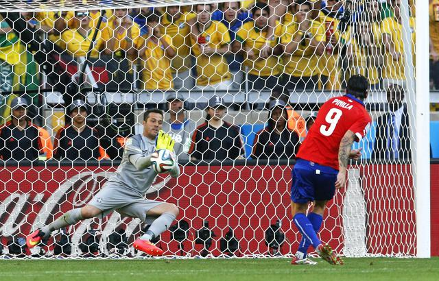 epa04287823 Brazil's goalkeeper Julio Cesar (L) savees the penalty from Chile's Mauricio Pinilla (R) during the penalty shoot out during the FIFA World Cup 2014 round of 16 match between Brazil and Chile at the Estadio Mineirao in Belo Horizonte, Brazil, 28 June 2014. (RESTRICTIONS APPLY: Editorial Use Only, not used in association with any commercial entity - Images must not be used in any form of alert service or push service of any kind including via mobile alert services, downloads to mobile devices or MMS messaging - Images must appear as still images and must not emulate match action video footage - No alteration is made to, and no text or image is superimposed over, any published image which: (a) intentionally obscures or removes a sponsor identification image; or (b) adds or overlays the commercial identification of any third party which is not officially associated with the FIFA World Cup) EPA/FELIPE TRUEBA EDITORIAL USE ONLY