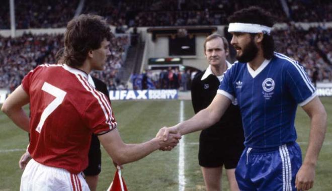 Il capitano del BAHFC, Steve Foster stringe la mano al collega Bryan Robson.